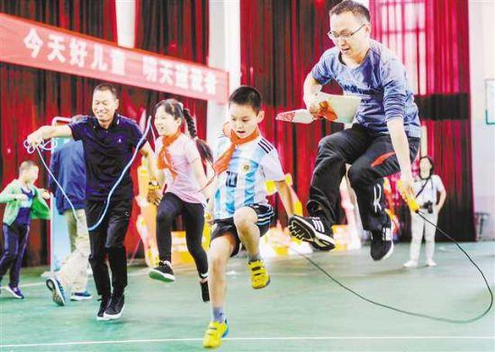 六月一日,在两江新区金山小学,参加活动的家长和小� 1000 笥巡渭犹热6牟┯槔止偻� 张锦辉 摄