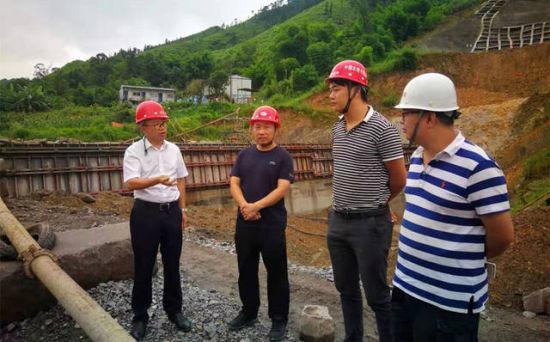 李云(左一)带队检查黄沙水库汛期安全生产 孙治波 摄