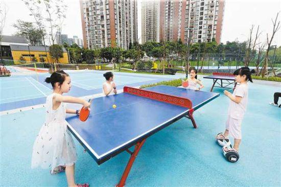 8月6日,位于江北区的赵家山体育文化公园建成开放,小朋友们正在新建的公园里进行乒乓球练习。(本组图片均由记者罗斌摄)