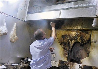 石柱县生态环境局工作人员现场核查餐馆环保设施。