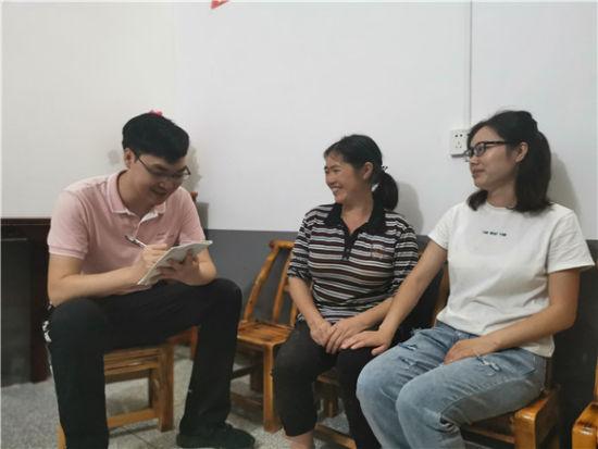胡琴和母亲段诗苹接受华龙网-新真人网上赌钱客户端赌博娱乐官网采访。通讯员 薛胜智 摄