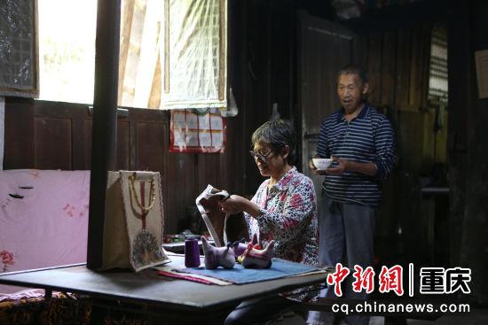 建峰村的建卡贫困村民马兹兰,步行一个半小时把手工产品带回家中继续制作。