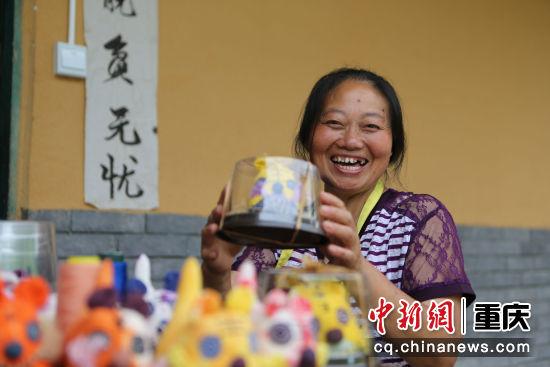 华溪村建卡村民谭明兰对自己制作的产品充满了自信。