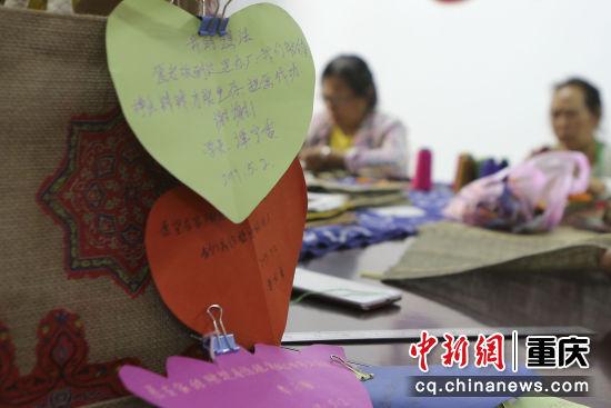 小小卡片传递出村民们最朴实的愿望和信心。