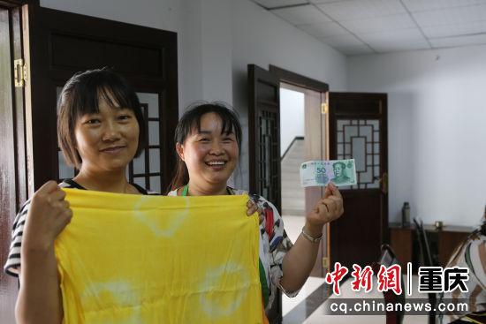 村民在工坊内卖出一件自制的产品特别开心。