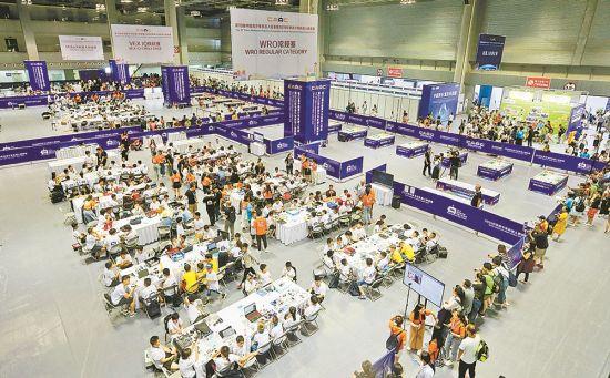 八月十三日,二○一九世界青少年机器人邀请赛现场,来自不同国家、地区的小选手正紧张比拼。 记者 罗斌 摄