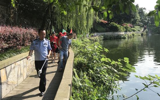"""图为渝北区干部和志愿者参加肖家河""""碧水行动""""。肖江川 摄"""