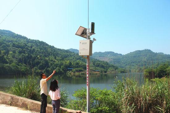 图为安置在水库的监控设备。