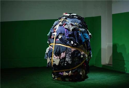 《一千斤——家族的艺术》衣服、绑捆带、衣柜230×150×150cm 2017年