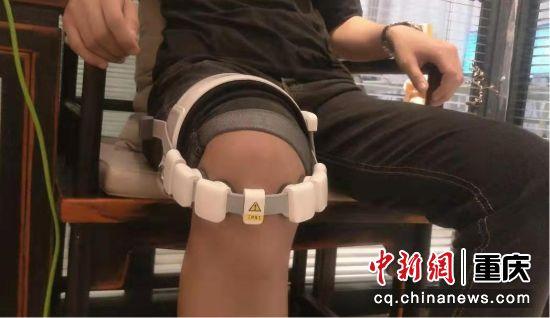 图为患者体验膝关节超声治疗 海扶医疗供图