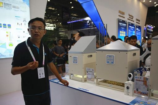 在2019智博会上,秦浩歌介绍赛鸽智能管理设备。刘政宁 摄