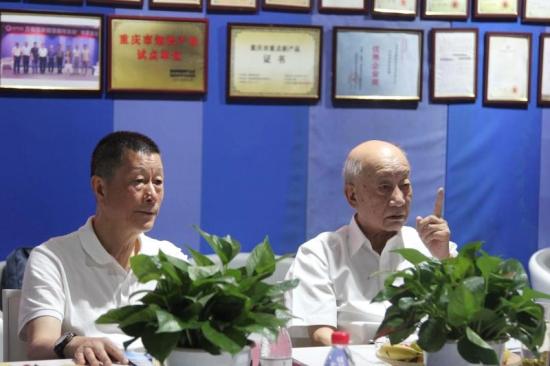 中国工程院钟山院士(右)与重庆大学教授、博士生导师石为人听取金鑫科技公司汇报。