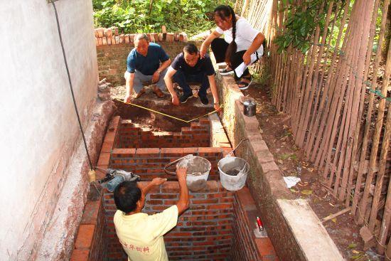 干部检查厕所改造质量。 赵武强 摄