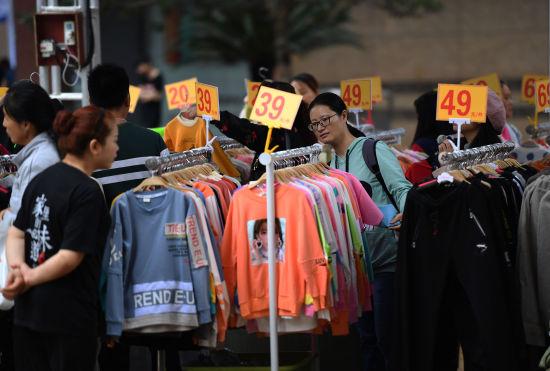 图为众多民众在消费节上购买折扣服饰。陈超 摄