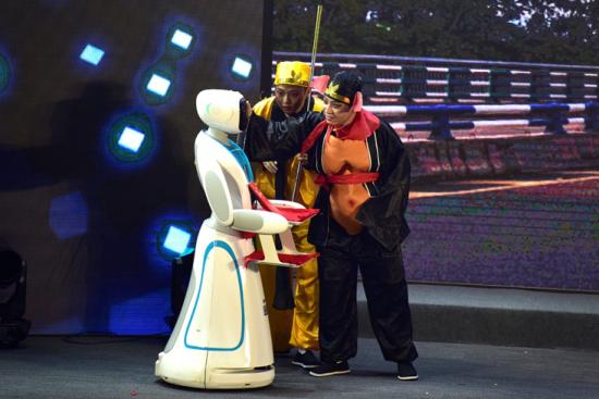图为智能机器人参与互动的情景剧《智联新世界》表演。罗永皓摄