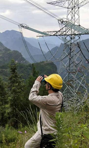 国网重庆检修公司员工在±800千伏祁邵线鸡心岭段开展线路设备特巡。电力公司供图