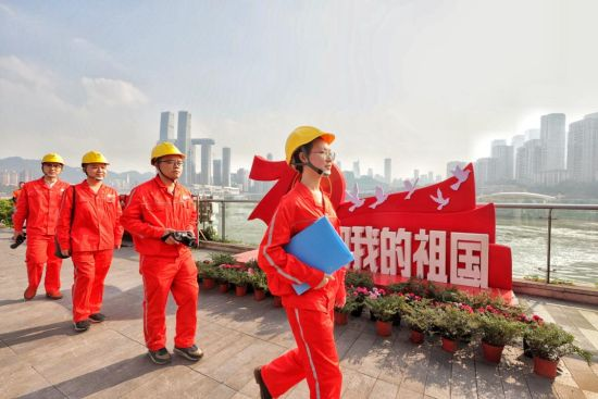 国网重庆南岸供电公司青年党员在南滨路进行保电特巡。电力公司供图