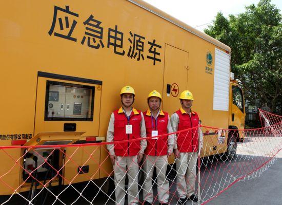 国网重庆潼南供电公司员工在奋进广场为歌咏比赛保电。电力公司供图