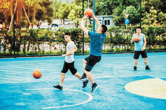 图为市民在大水井社区体育文化公园打篮球。(市规划自然资源局供图)