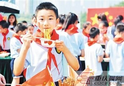 """孩子们津津有味地吃着""""国庆面""""。"""