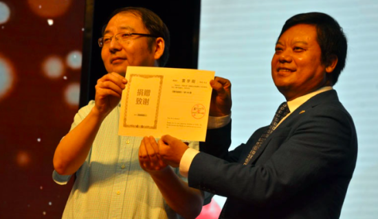 重庆图书馆馆长任竟接受捐赠并向雷学刚颁发了重庆图书馆的图书收藏证书