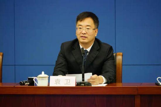 图为重庆市地方金融监督管理局副局长袁卫介绍情况。罗淋杰 摄