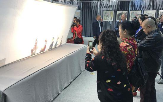 图为启动仪式上皮影戏表演。大砚堂(西南)名家艺术交流中心供图