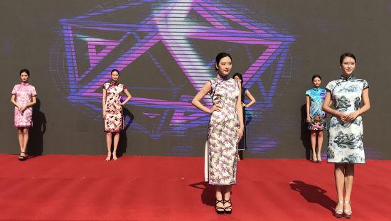 图为丝绸服装展示。肖江川摄