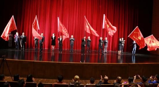 为志愿者服务队授旗。