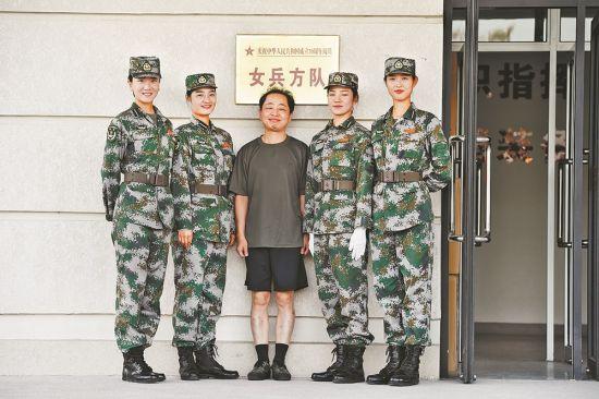 肖斌(中)与国庆阅兵女兵方队队员