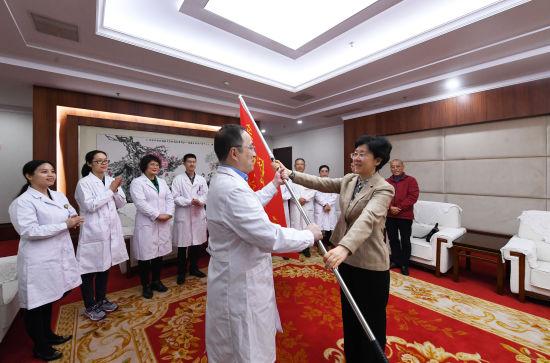 图为真人网上赌钱市委常委、统战部部长李静向医疗队授旗。陈超 摄
