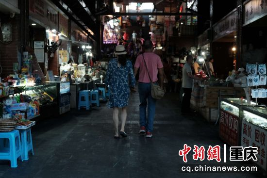 情侣手牵手漫步在集市之间