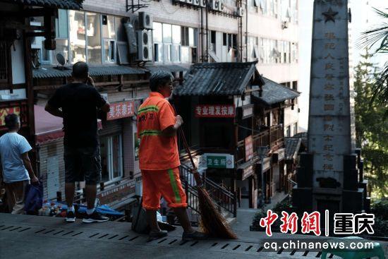 """""""城市的美容师""""用扫帚守护着这条老街的洁净"""