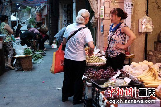 水果店老板娘和顾客交谈着