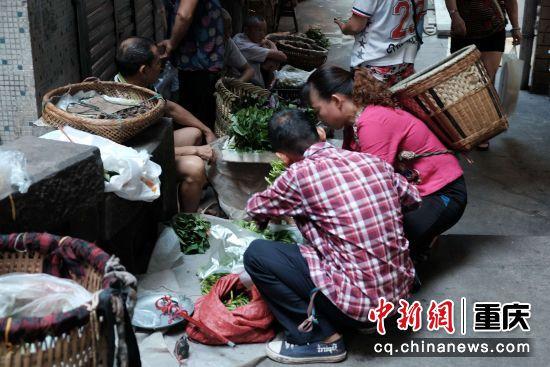 顾客们正挑选购买新鲜的蔬菜
