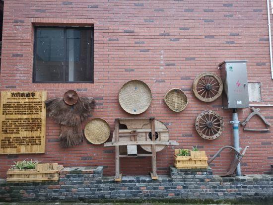 图为橘乡福地·长寿慢城内的农具展示。周毅 摄