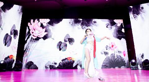 酉阳桃花源第五届桃女郎全国总决赛季军获得者薛丹玲舞台效果