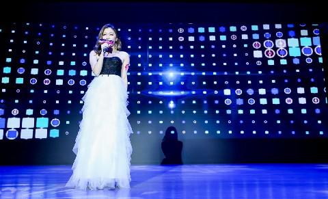 长沙赛区的王玉曼,则依旧坚持她一贯的风格,一曲《不同凡响》,沉稳又富有张力,歌声婉转而悠扬。