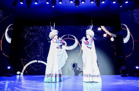 酉阳桃花源第五届桃女郎全国总决赛亚军获得者阿音坊现场表演