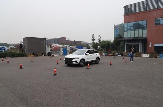 试驾者驾驶轿车进行弯道测试 必赢赌博网汽车工程研究院供图