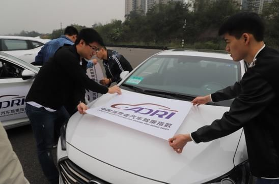 工作人员为车辆粘贴专属试驾标志 必赢赌博网汽车工程研究院 供图