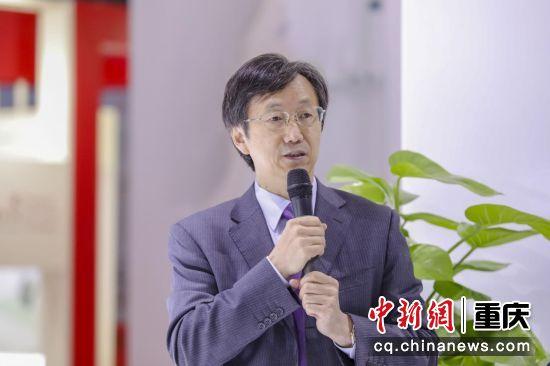 图为深圳市妇幼保健院姚吉龙院长接受媒体采访 钟欣摄