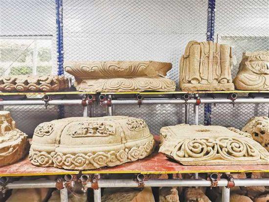 石佛寺遗址考古发掘出土的石构件。