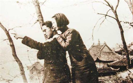 红岩革命纪念馆展出的沈安娜、华明之夫妇在重庆的合影。(本报资料图片)记者 齐岚森 翻拍