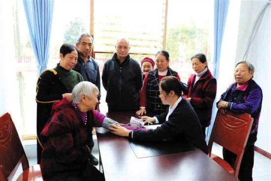 西湖社区养老服务中心为社区老人做健康检查。邹仁清 摄