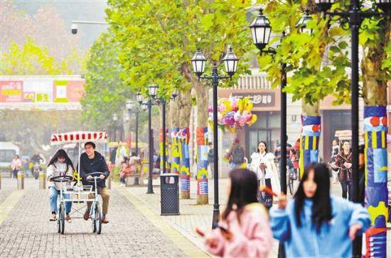 十二月十四日,北碚区正码头广场,市民在改造后的老街步道上休闲娱乐。记者 万难 摄
