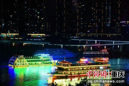游船正從嘉陵江重慶主城段通過(12月7日攝)