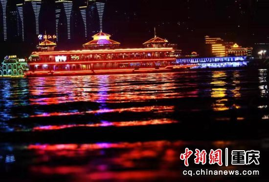 滿江紅號游船正從長江、嘉陵江交匯處經過(12月7日攝)
