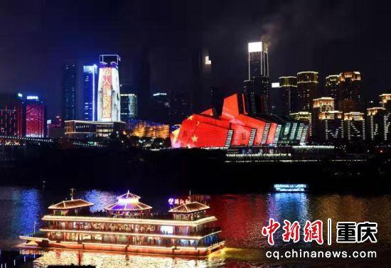 一艘游船正從重慶大劇院旁經過