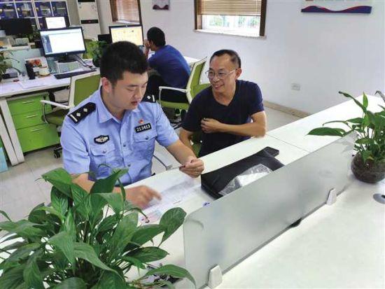 民警为老乡排忧解难。垫江县委宣传部供图